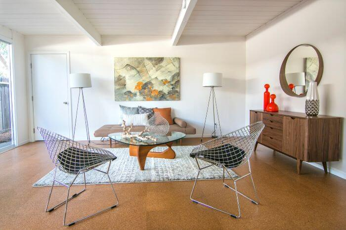 sala con estilo mid century modern