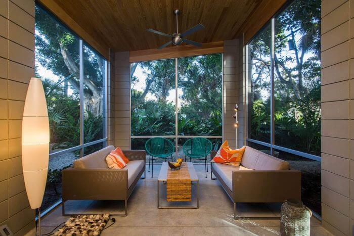 sala mid century modern con vista a la naturaleza